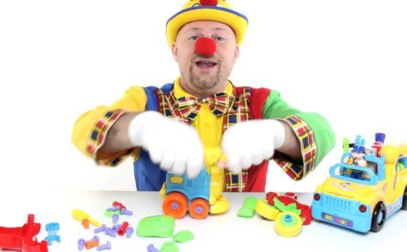 •VIDEO• per bambini piccoli, Clown Alex costruisce il trenino che canta moto da corsa